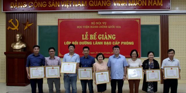 TS. Bùi Huy Tùng trao giấy khen cho học viên đạt thành tích cao trong học tập