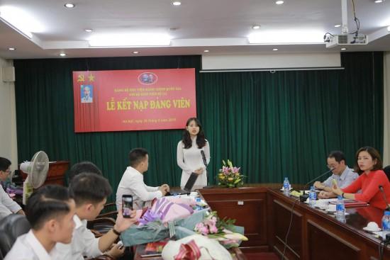 Sinh viên Trần Thị Nguyệt Trang đại diện cho cac đảng viên mới phát biểu