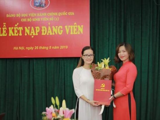 Đồng chí Nguyễn Minh Tuấn, Lý Thị Kim Bình trao quyết định cho các đảng viên mới