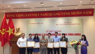 NGƯT.TS. Vũ Thanh Xuân - PGĐ Học viện Hành chính Quốc gia  trao giấy khen cho học viên đạt thành tích xuất sắc và phát biểu bế giảng