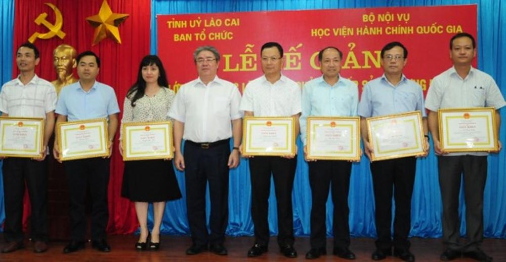 TS. Đặng Xuân Hoan – Giám đốc Học viện  trao chứng chỉ, giấy khen của Giám đốc Học viện cho các học viên