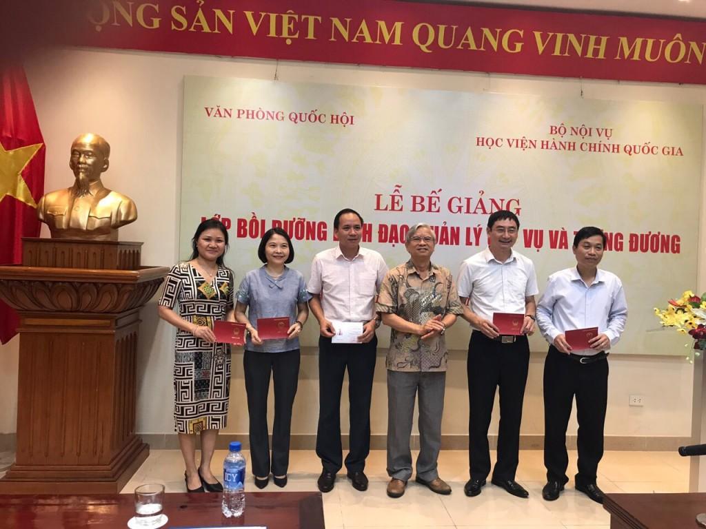 NGƯT.TS. Vũ Thanh Xuân - Phó Giám đốc Học viện Hành chính Quốc gia trao chứng chỉ cho học viên