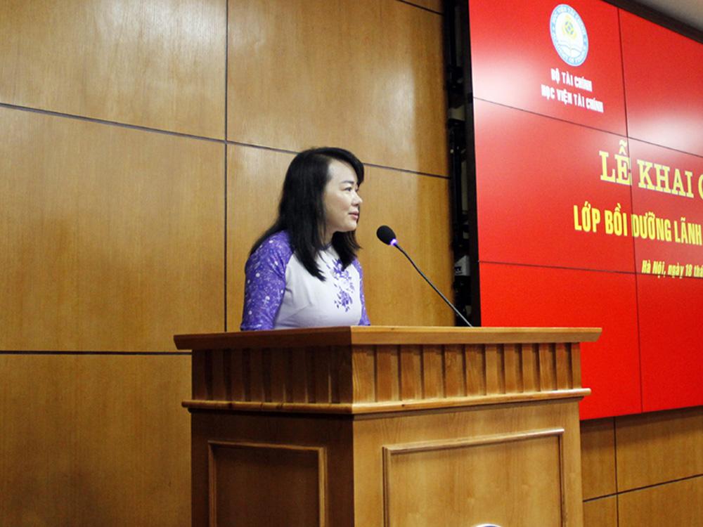 ThS. Nguyễn Thị Tâm, Phó Trưởng phòng Quản lý Bồi dưỡng  theo chức vụ công bố các quyết định mở lớp