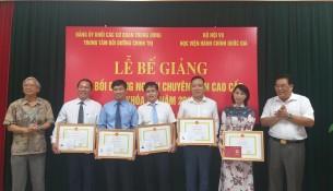 Các học viên nhận chứng chỉ, giấy khen và phần thưởng