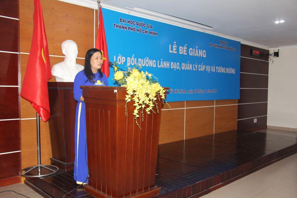 Đồng chí Nguyễn Thị Minh Thúy, Phó Trưởng phòng Đào tạo bồi dưỡng phân viện Học viện Hành chính Quốc gia tại Thành phố Hồ Chí Minh công bố các Quyết định