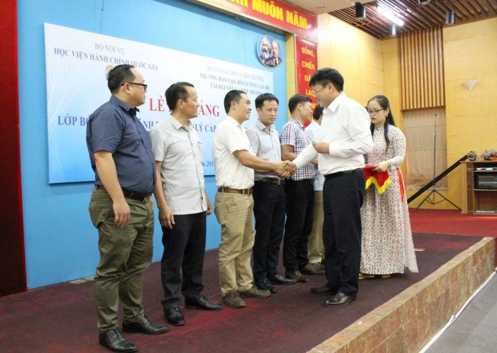 TS. Bùi Huy Tùng trao chứng chỉ, giấy khen của Giám đốc Học viện cho các học viên