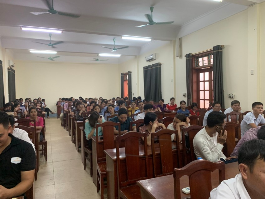 Đồng chí Nguyễn Phúc Thịnh - Ủy viên Ban thường vụ Thành ủy, Phó Chủ tịch UBND thành phố Chí Linh, tỉnh Hải Dương phát biểu tại lễ bế giảng
