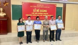 NGƯT.TS. Vũ Thanh Xuân, Phó Giám đốc Học viện trao chứng chỉ, giấy khen cho học viên