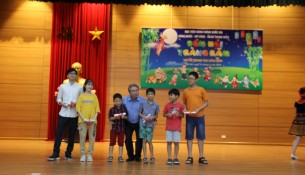 Các cháu đạt thành tích cao trong học tập được nhận quà từ Lãnh đạo Học viện