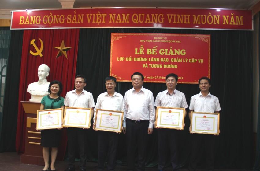 Các học viên đạt thành tích cao trong khóa học nhận bằng khen của Giám đốc Học viện