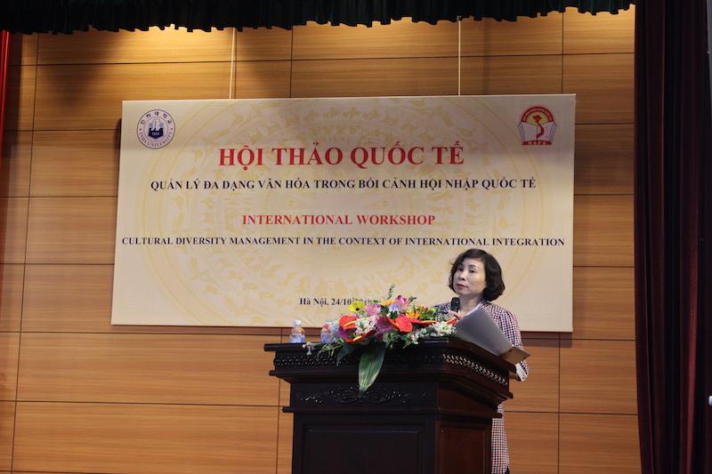 TS. Nguyễn Thị Hường – Viện Nghiên cứu Khoa học hành chính, Học viện Hành chính Quốc gia trình bày tham luận tại Hội thảo