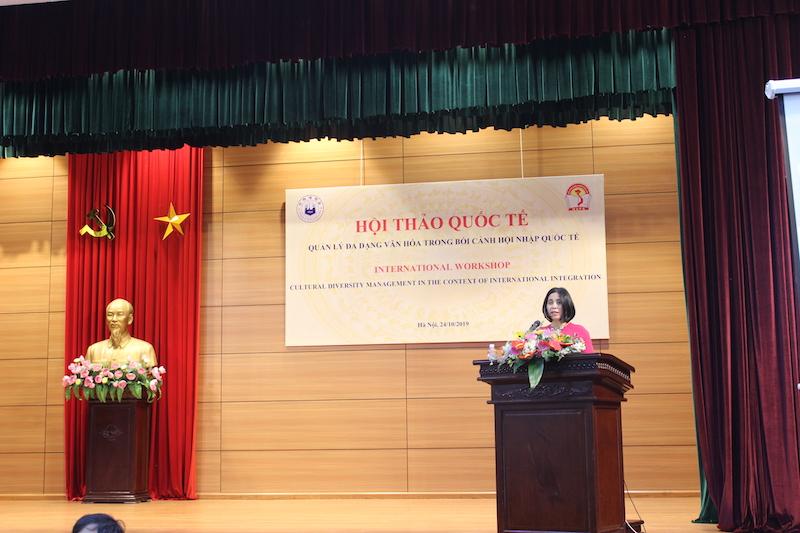 ThS. Nguyễn Thu Cúc – Ban Hợp tác Quốc tế, Học viện Hành chính Quốc gia giới thiệu đại biểu tham dự Hội thảo
