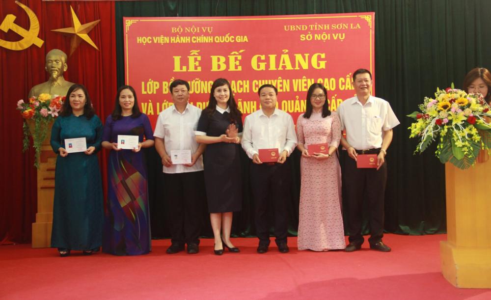 ThS. Lê Phương Thúy, Phó Trưởng Ban Quản lý bồi dưỡng trao chứng chỉ đại diện cho học viên lớp BD ngạch CVCC