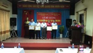 NGƯT.TS. Vũ Thanh Xuân – PGĐ Học viện Hành chính Quốc gia trao giấy khen cho học viên đạt thành tích xuất sắc