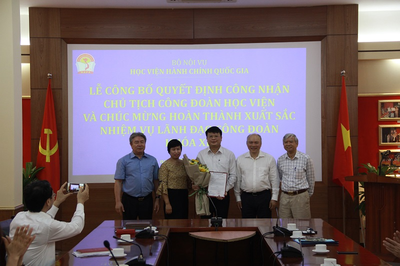 Trao quyết định chuẩn y Chủ tịch Công đoàn Học viện cho đồng chí Bùi Huy Tùng