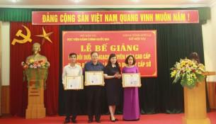 ThS. Lê Phương Thúy,  Phó Trưởng Ban Quản lý bồi dưỡng trao chứng chỉ, giấy khen cho học viên lớp BD ngạch CVCC