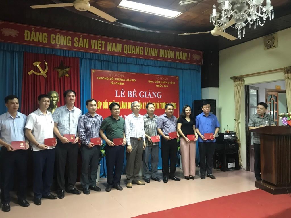 NGƯT.TS. Vũ Thanh Xuân – PGĐ Học viện Hành chính Quốc gia trao chứng chỉ cho các đồng chí học viên