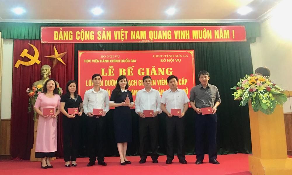 ThS. Lê Phương Thúy, Phó Trưởng Ban Quản lý bồi dưỡng trao chứng chỉ đại diện cho học viên lớp BD lãnh đạo, quản lý cấp Sở và tương đương