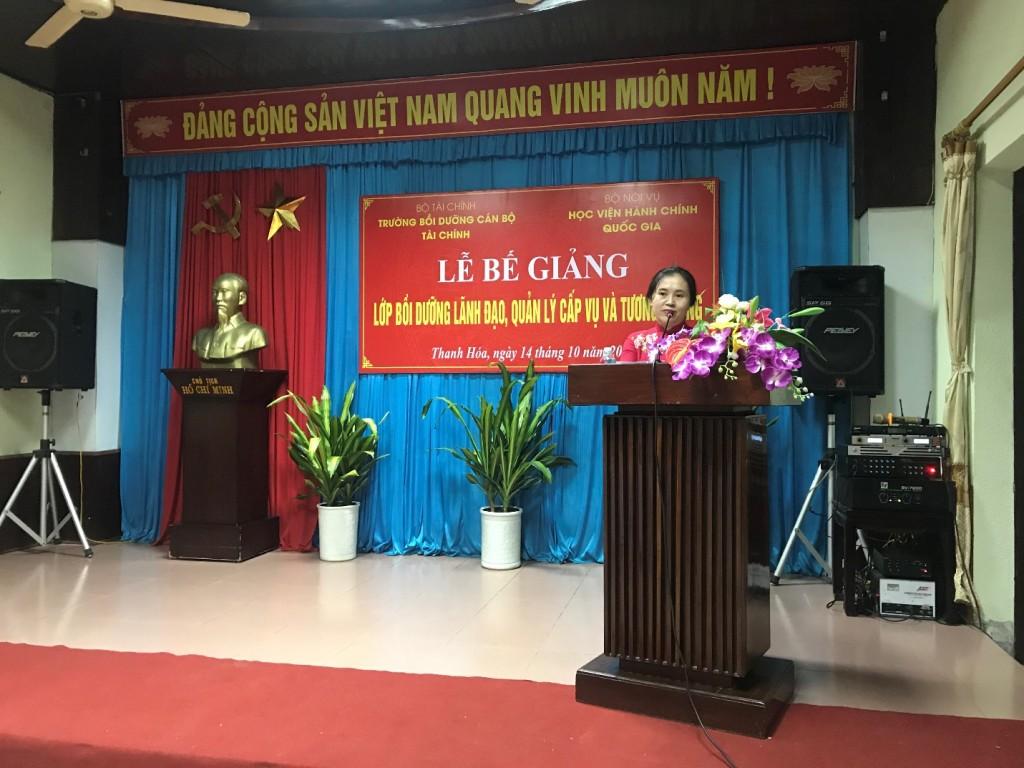 Bà: Nguyễn Thị Phố Giang – Cục trưởng Cục Dữ trữ Nhà nước khu vực Nghệ Tĩnh, đại diện học viên phát biêu