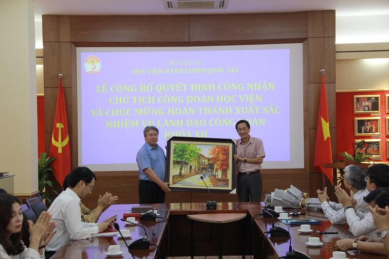 Công đoàn Học viện tặng quà lưu niệm cho đồng chí Chu Xuân Khánh.