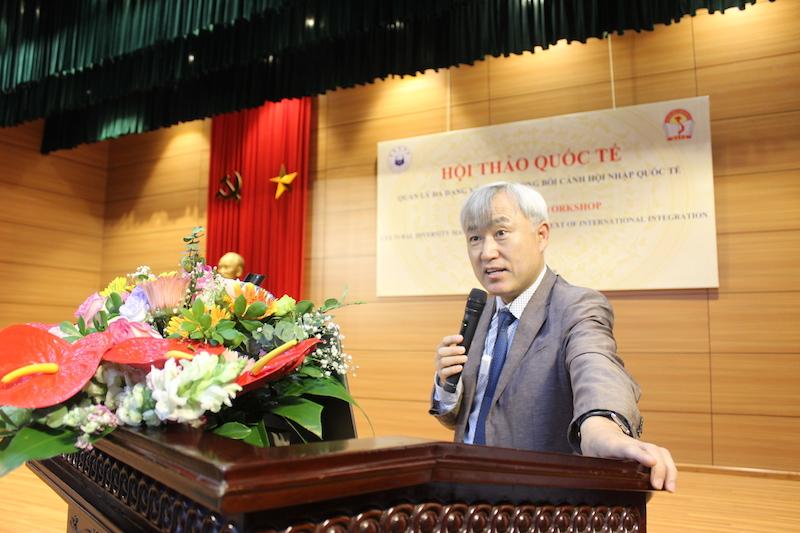 TS. Youngsoon Kim - Viện trưởng Viện Nghiên cứu Đa văn hoá, Đại học INHA, Hàn Quốc trình bày tham luận tại Hội thảo
