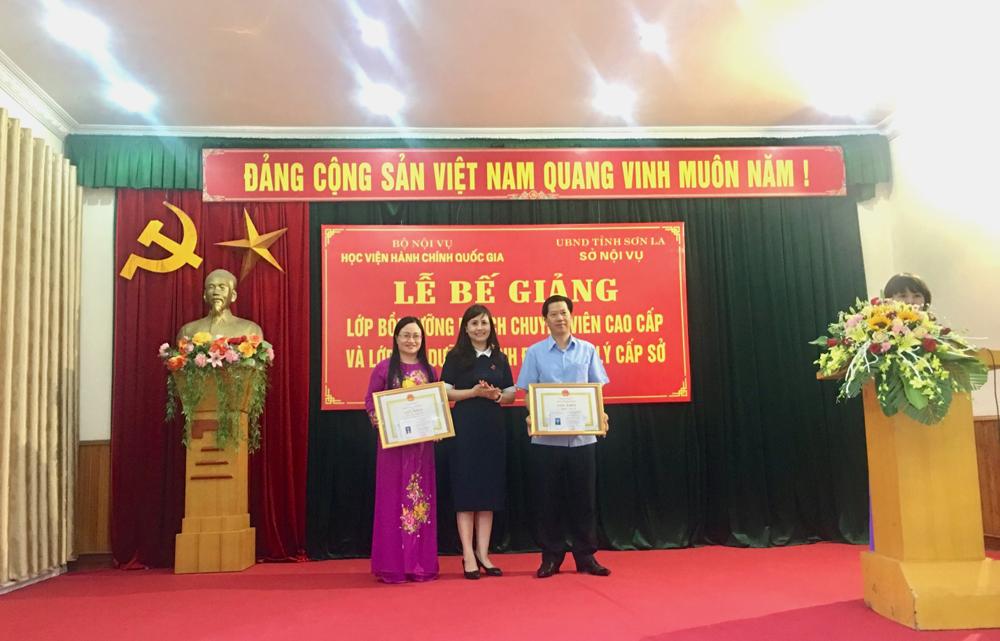ThS. Lê Phương Thúy, Phó Trưởng Ban Quản lý bồi dưỡng trao chứng chỉ, giấy khen cho học viên lớp BD lãnh đạo, quản lý cấp Sở và tương đương