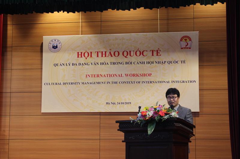 TS. Jong Do Park – Giảng viên Đại học INCHEON trình bày tham luận tại Hội thảo