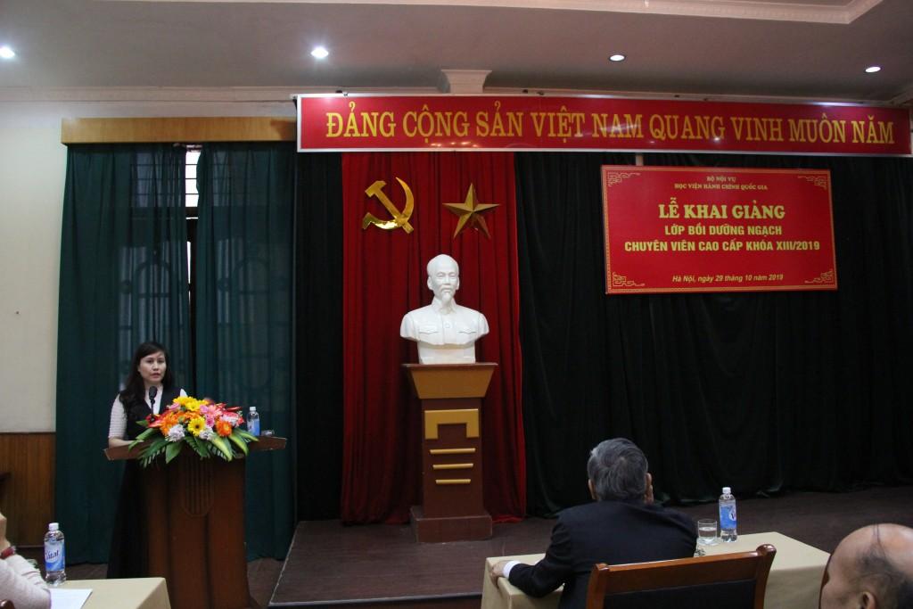 ThS. Lê Phương Thủy, Phó Trưởng Ban Quản lý bồi dưỡng công bố các Quyết định