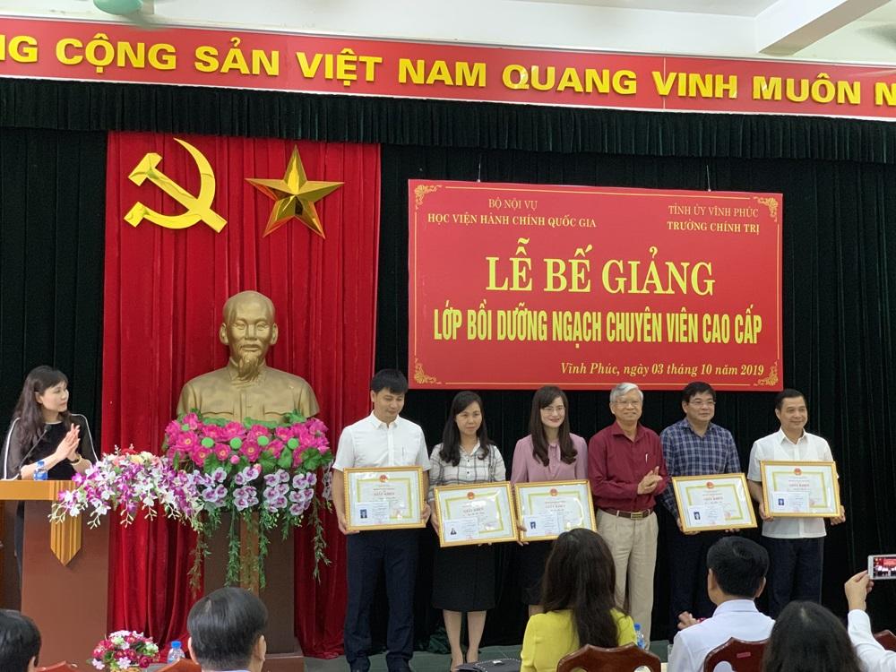 NGƯT. TS. Vũ Thanh Xuân phó giám đốc học viện trao giấy khen và chứng chỉ cho học viên lớp CVCC tại tỉnh Vĩnh Phúc