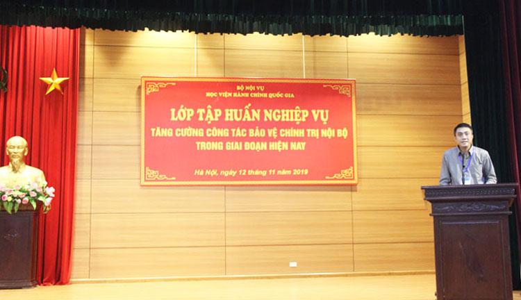 Đồng chí Nguyễn Hoàng Anh - Phó Trưởng Ban tổ chức cán bộ giới thiệu đại biểu và chương trình của lớp tập huấn
