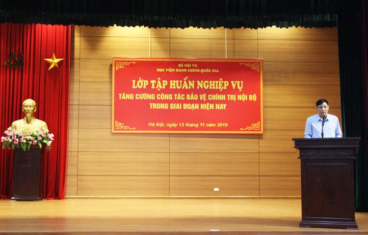 Đại tá Trần Quang Khải - Trưởng phòng bảo vệ các cơ quan Đảng, Nhà nước Cục An ninh chính trị nội bộ A03, Bộ Công an truyển tải nội dung cho lớp tập huấn