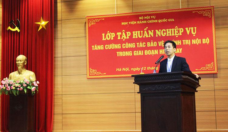 Đồng chí Nguyễn Tiến Hiệp - Trưởng Ban Tổ chức cán bộ phát biểu tại buổi tập huấn