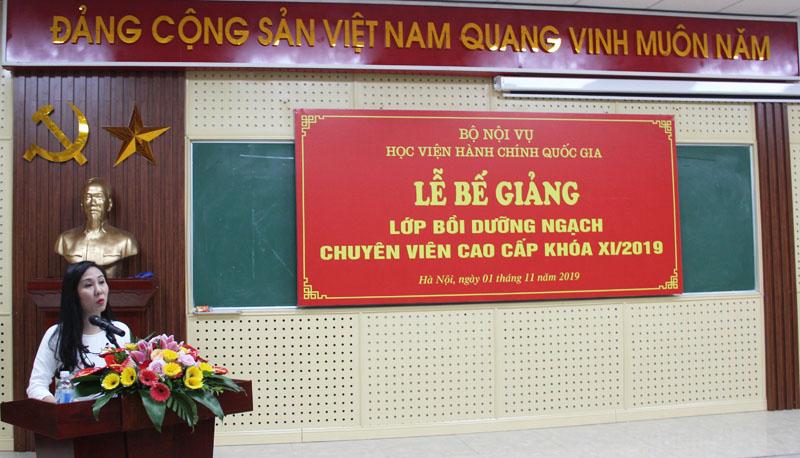 Học viên Nguyễn Thị Thủy, Phó Trưởng ban Tuyên giáo Tỉnh ủy Thái Nguyên đại diện tập thể lớp phát biểu cảm ơn