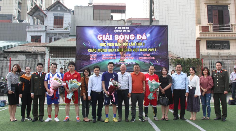 Đồng chí Bế Trung Anh - Phó Giám đốc Học viện Dân tộc tặng hoa cho các đội thi đấu