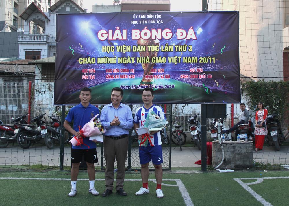 Các đại biểu trao cúp và cờ lưu niệm cho các đội