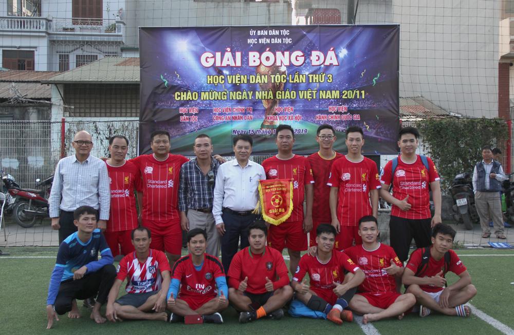 Đội bóng Học viện chụp hình lưu niệm cùng Ban tổ chức giải đấu