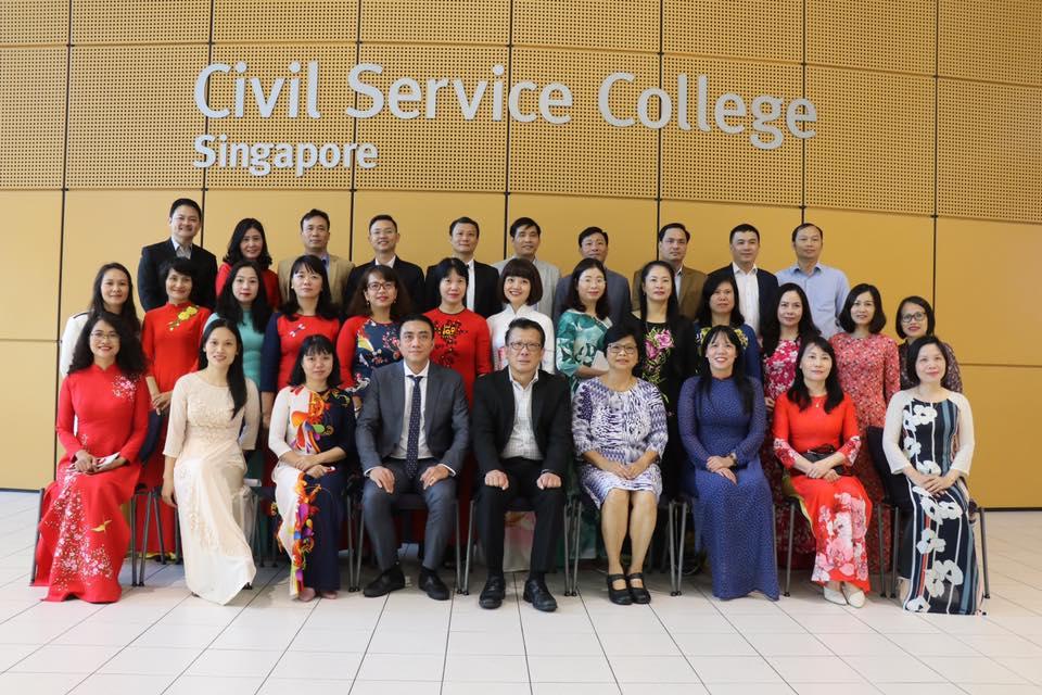 Đoàn chụp ảnh lưu niệm tại Trường Công vụ Xinh-ga-po