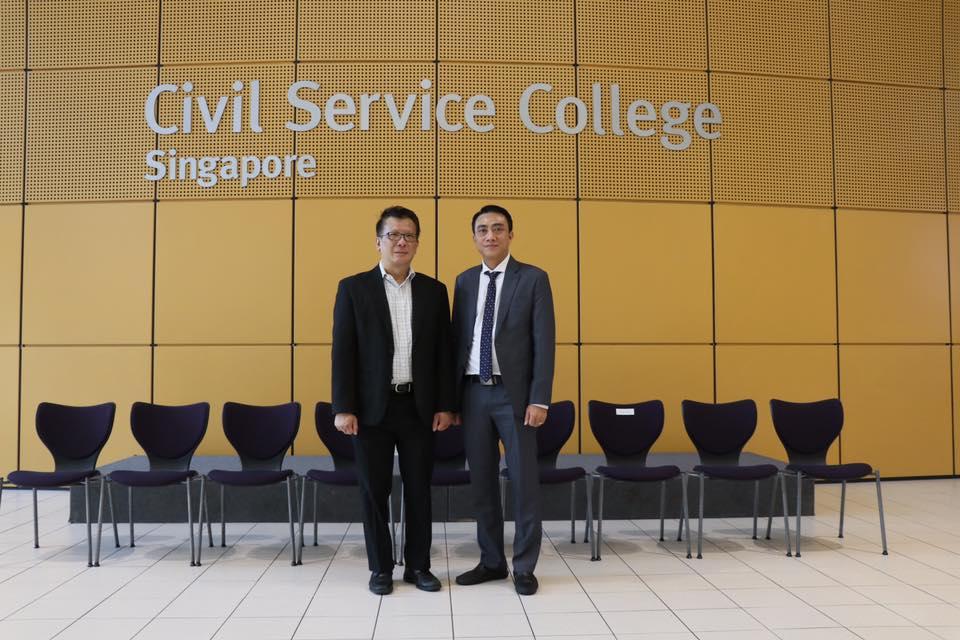 ThS. Lê Hoàng Anh, Trưởng đoàn nghiên cứu khảo sát tại Xinh-ga-po chụp ảnh lưu niệm cùng ông Benedict Cheong, Giám đốc Điều hành Quỹ Quốc tế Temasek