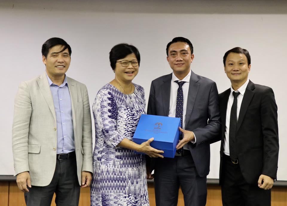 Đại diện học viên tặng quà lưu niệm bà Tina Ng, Trưởng Ban Hợp tác quốc tế, Trường Công vụ Xinh-ga-po