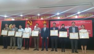 Học viên nhận chứng chỉ, giấy khen, phần thưởng của Giám đốc Học viện