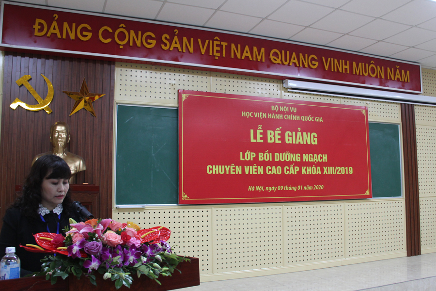 ThS. Lê Phương Thúy - Phó Trưởng Ban Quản lý bồi dưỡng công bố Quyết định