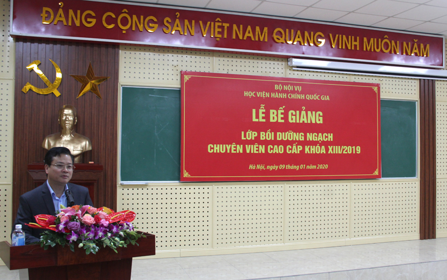 Đồng chí Trần Quang Minh - Bí thư huyện ủy Mèo Vạc tỉnh Hà Giang đại diện cho các học viên của khóa học phát biểu