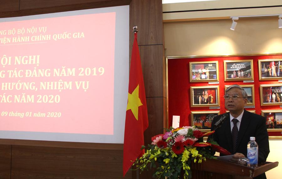 Đồng chí Vũ Thanh Xuân trình bày Dự thảo báo cáo
