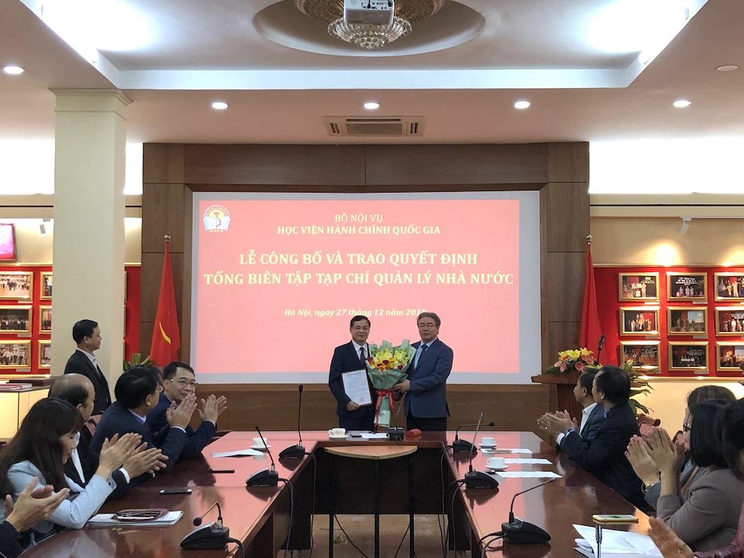 TS. Đặng Xuân Hoan - Bí thư Đảng ủy, Giám đốc Học viện trao quyết định cho TS. Nguyễn Quang Vinh