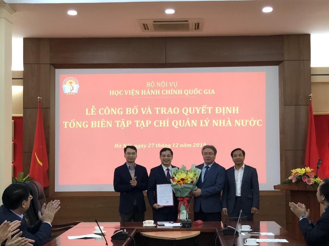 Ban Giám đốc tặng hoa chúng mừng TS. Nguyễn Quang Vinh