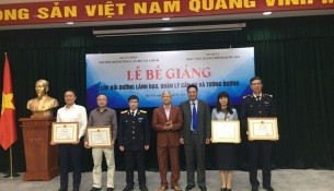 Lãnh đạo và đai biểu chụp ảnh lưu niệm cùng các học viên đạt loại giỏi nhận Giấy khen của Giám đốc Học viện Hành chính Quốc gia