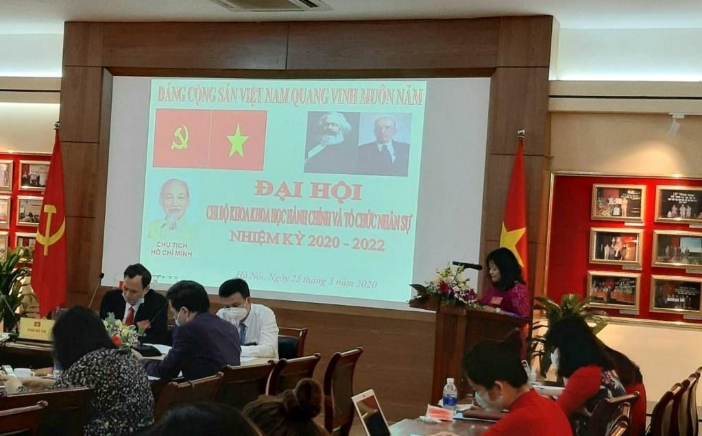 Đại biểu TS. Lê Cẩm Hà phát biểu tham luận tại Đại hội