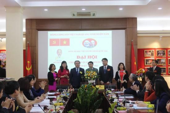 Đồng chí Đặng Xuân Hoan - Bí thư Đảng uỷ, Giám đốc Học viện tặng lẵng hoa chúc mừng Đại hội