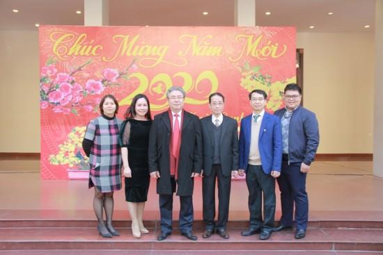 1.Tập thể Văn phòng Đảng - Đoàn thể chụp ảnh cùng Lãnh đạo Học viện trong buổi gặp mặt đầu năm