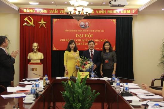 Đồng chí Nguyễn Thị Thu Vân tặng hoa và chúc mừng Chi ủy Tạp chí Quản lý nhà nước nhiệm kỳ 2020 – 2022.